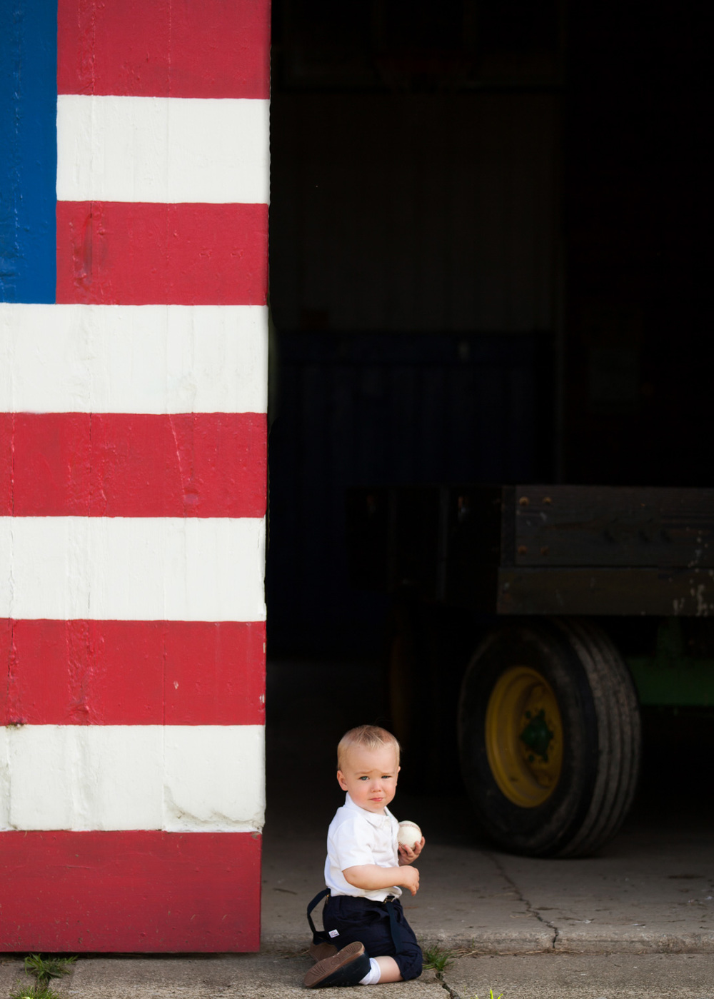 baby-photography-boy-baseball-american-flag-barn.jpg