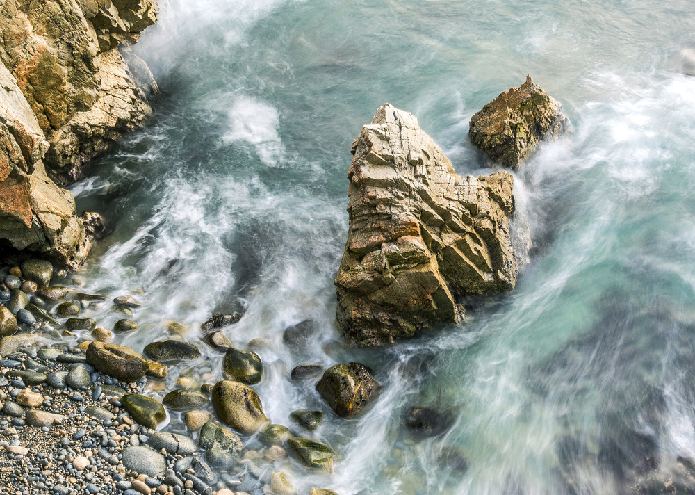 Pic. 7 : Water moves back out to sea as it flows over the coarse rubble beaches of Garrapata State Park, California