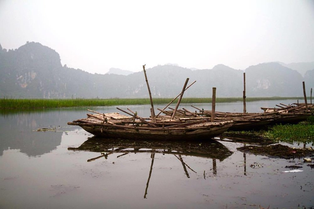 revisiting a good memory… a few moments after I took this photo, a private from the Vietnamese army brought his two young girls and took them for an evening tour of the marshland on one of these skiffs. it was beautiful in its simplicity and innocence. (at Ninh Bình)