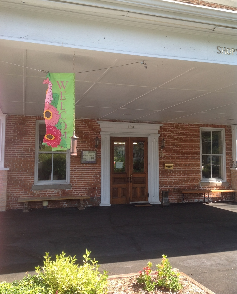 The front entrance to Quilts at the Marshall House shop.