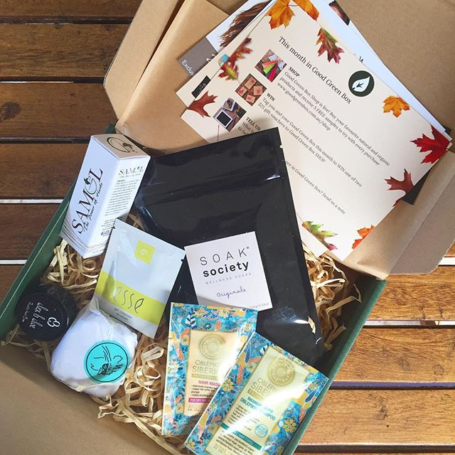 Loving this @goodgreenbox beauty box 💚 For years I drooled over box deliveries in the US so I am pretty delighted they're so available in Australia now! Lots of organic, cruelty free goodies in here.  Tell me, have you received a @goodgreenbox or are there any other box subscriptions you love?? (Asking for a friend) 😎🌱