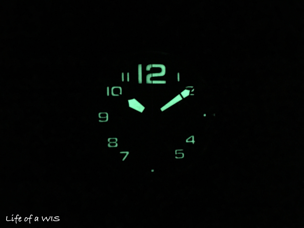 Super-LumiNova makes the Superlight Carbon easy to read in low light conditions.