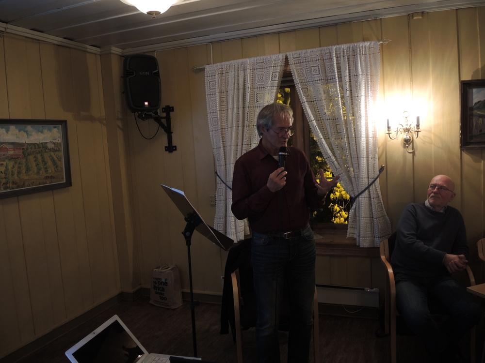 Ivar Sekne kåserer og viser bilder. SAH-formann Lars Alldén følger nøye med. (foto: Kai Adelsøn)