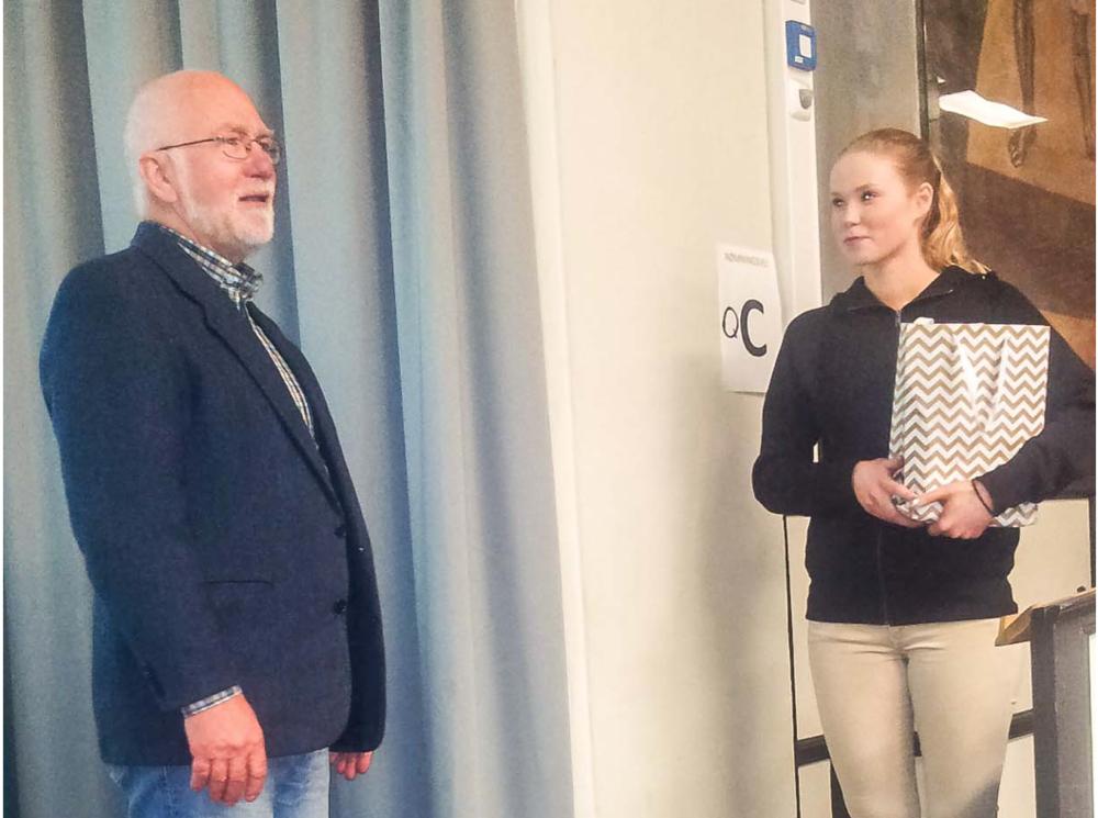 Historielagets formann Lars Alldén overrekker en komplett samling årbøker til skolens bibliotek, her representert ved elev Hilde Norang.Foto: Øyvind Nordli