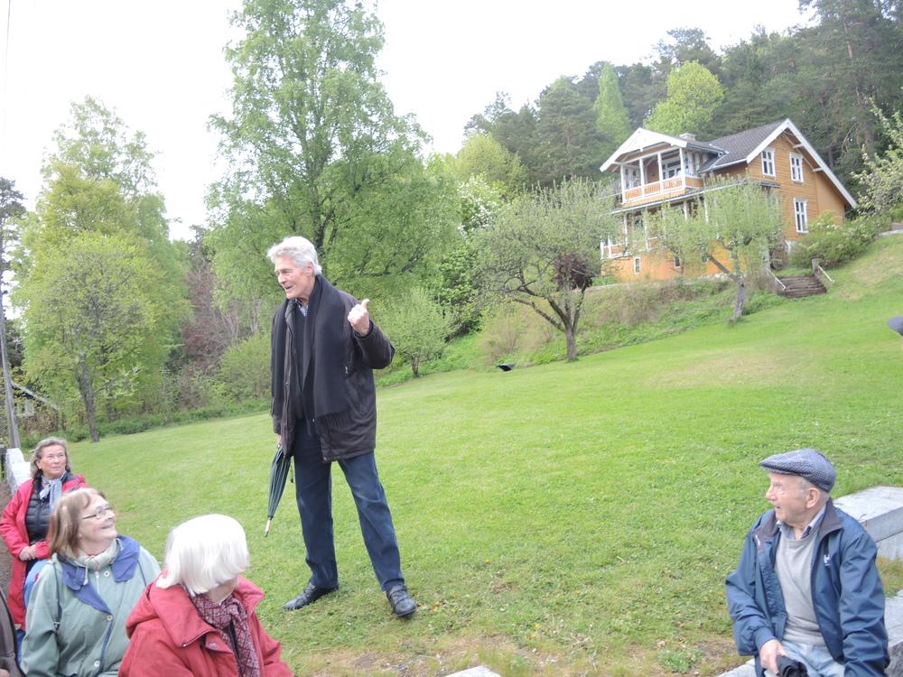 Roald Øyen peker opp mot et avFerdinand Ankers hus på Malmøya.