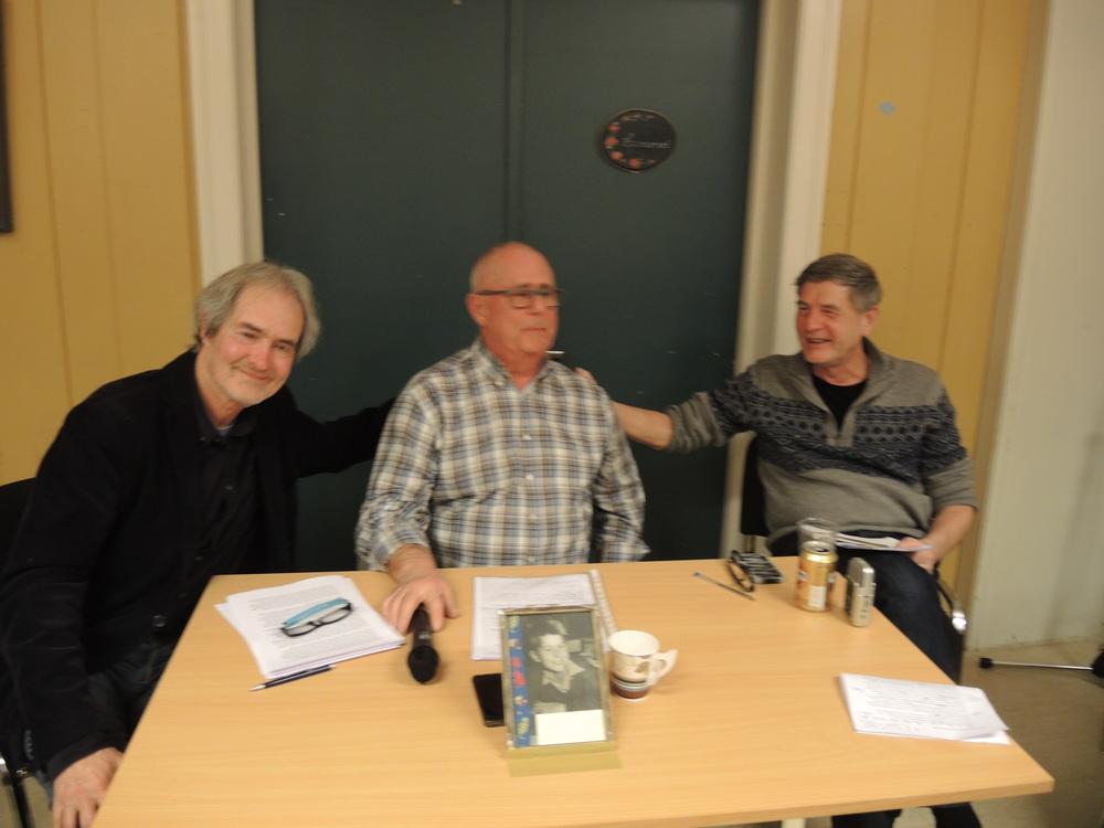 I fyr og flamme: Sjefsforteller Thor Nilsson «grilles» av intervjuerne Ivar Sekne (t.v.) og Lars Thue (t.h.). Foto: Ragnar Andreassen
