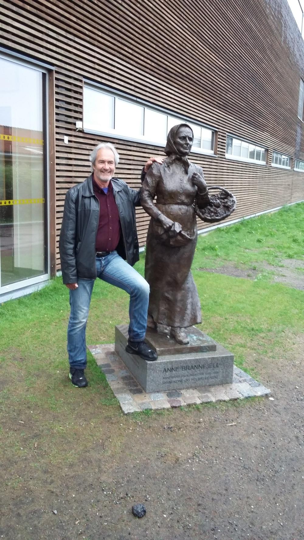 Ivar Sekne ved statuen av Anne Brandfjeld.