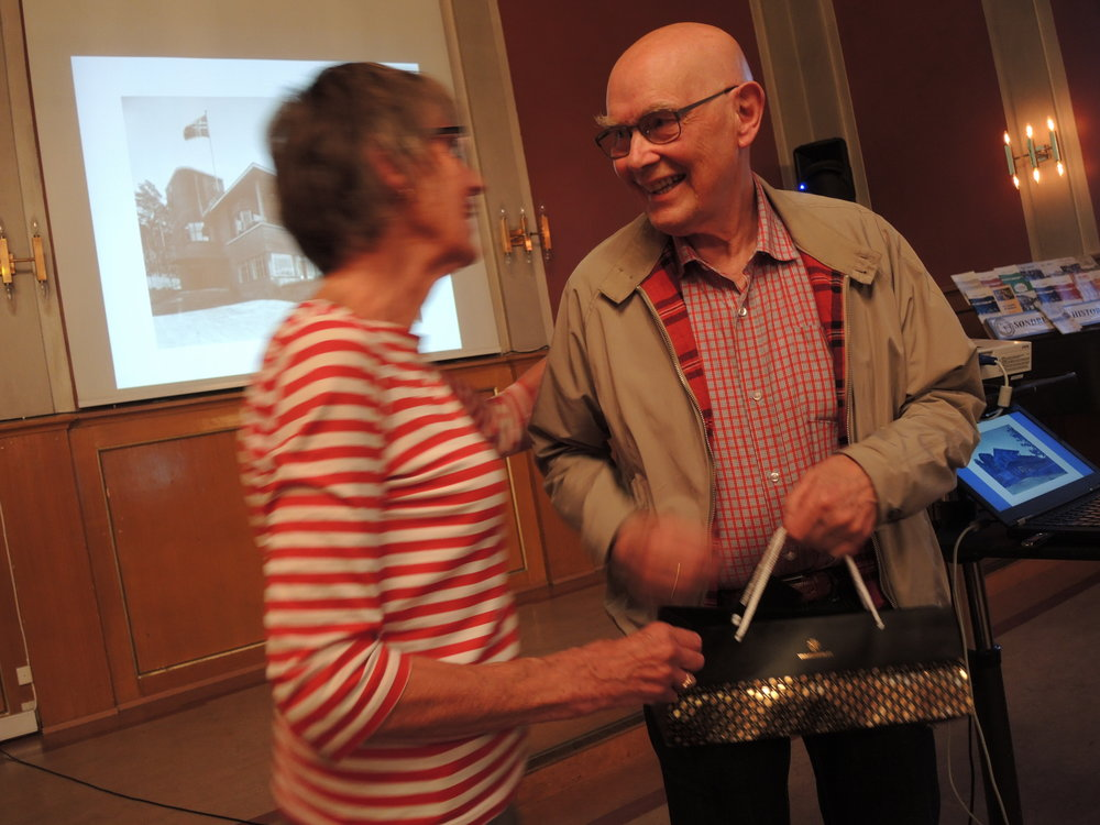 Billedbasesjef Kjell Gustavsen fikk stor takk for sin innsats. Nå overlater han billedbasen og scanningen til nye krefter. (Foto: Ivar Sekne)