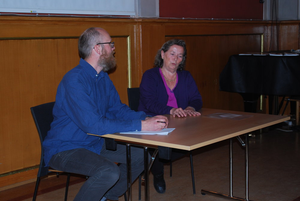 Kari Røren fortalte til Audun Kjus om hva og hvordan hun lekte som barn på Nordstrand på 40- og 50-tallet. Kjus leder prosjektet om barndomsminner og som drives av Norsk Folkemuseum. (foto: Per-Inge Sletvold)