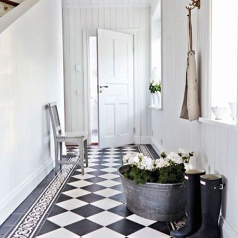 A classic and beautiful way to use tiles in diamond shape in hallways.
