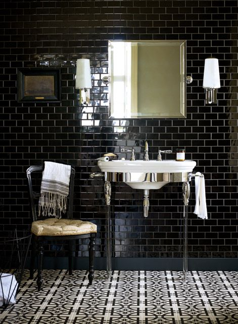 Super dramatic effect with the glazed black tiles on wall´s and the beautiful decorated floor.