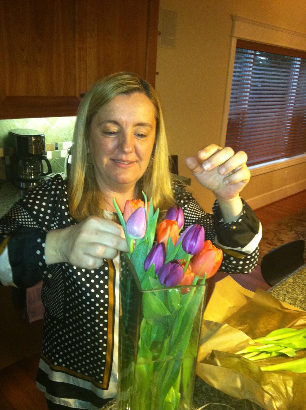 Ana arreglando las tulipas que siempre adornaban su salon.