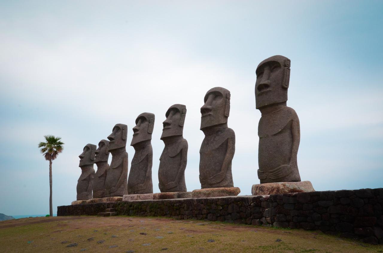 サンメッセ日南 We pulled off the coastal road in Nichinan city to see the Sun Messe park's recreations of the Easter Island statues.