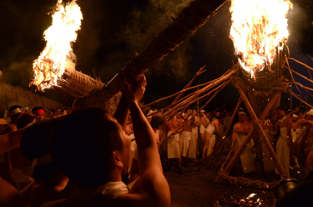 Each group then proceeded to lift the torches with long branches and hoist the flame around the entire shrine to purify it for the new year.