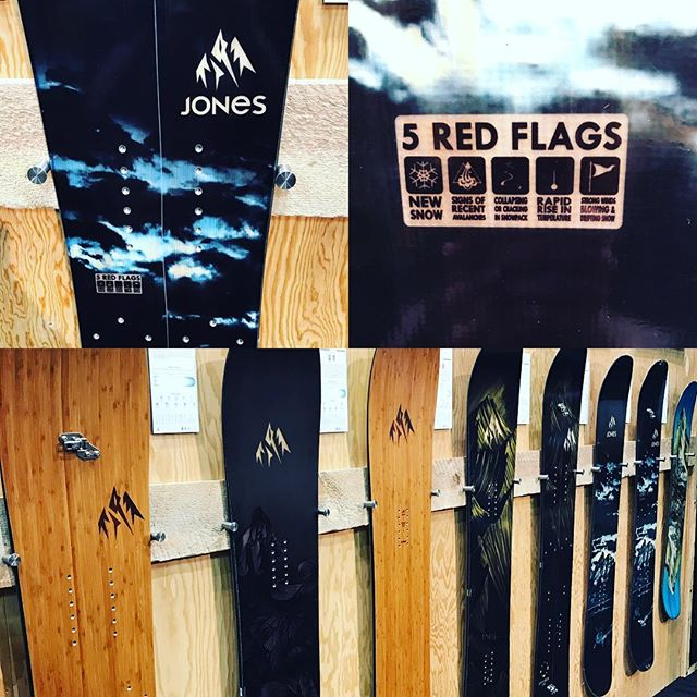 #jonessnowboards with a clever addition to the splits. 5 red flags. Thumbs up guys! #sia17 #jones #jeremyjones #backcountry #avysafety #avysavvy #snowboarding #snowminions #splitboarding