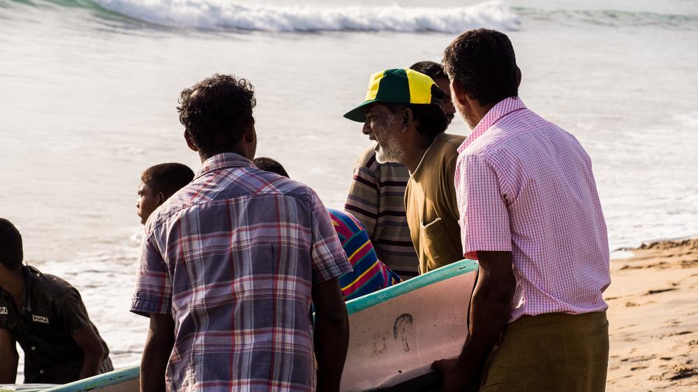 _2 Arugam bay Fisherman bringing in Boat.jpg