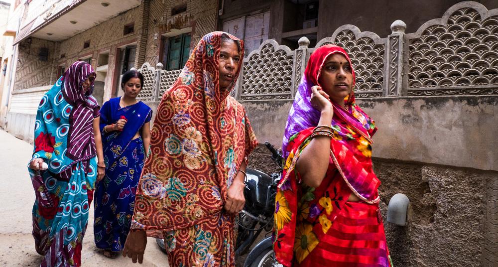 _22 Women in Saris walking down the street Puskar.jpg