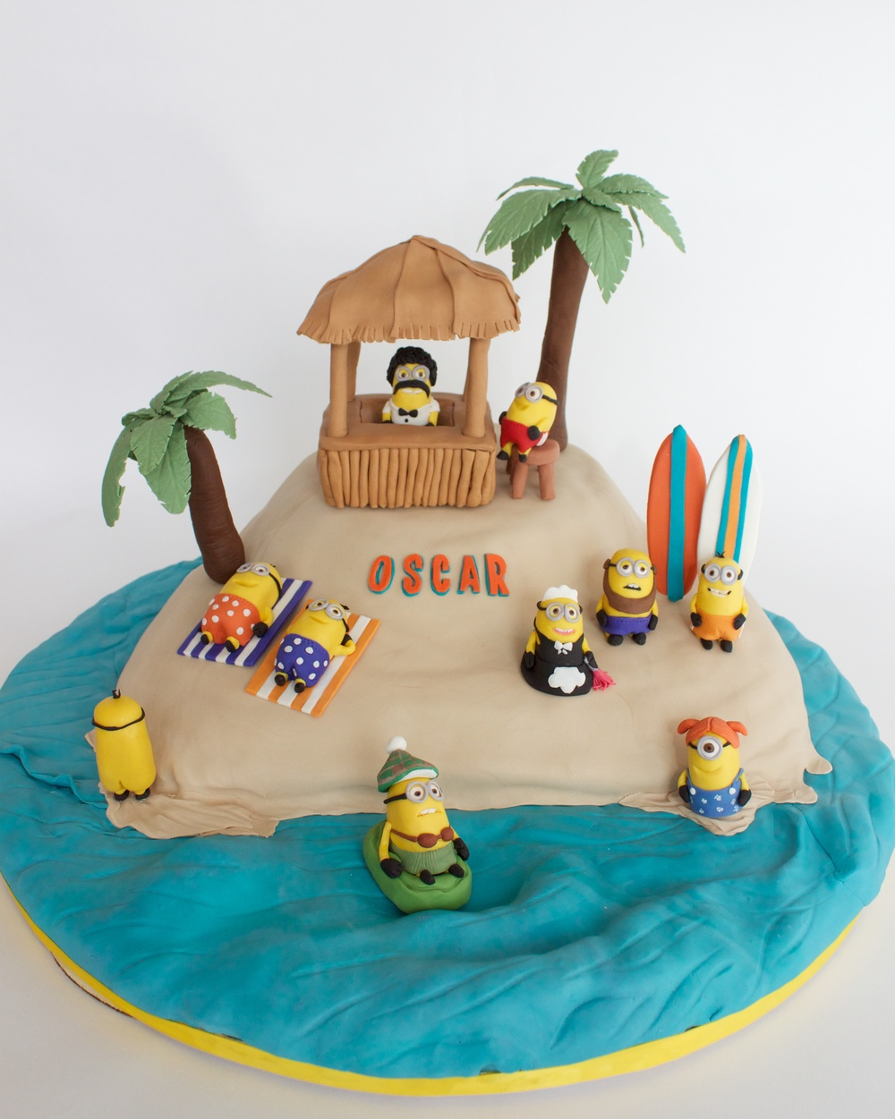 Minion cake vertical 8054.jpg