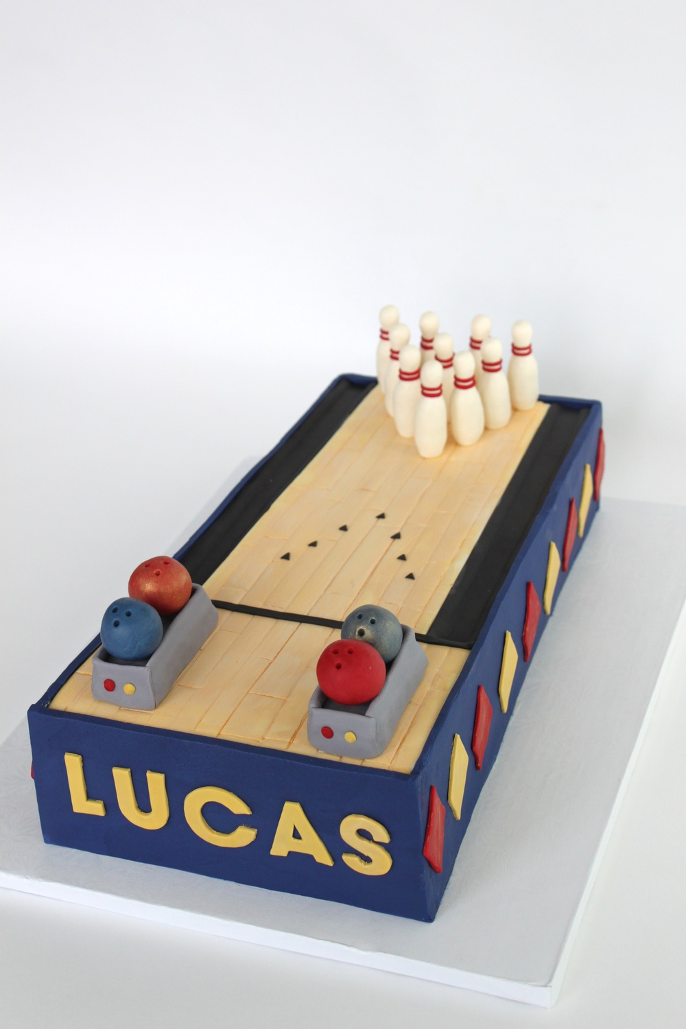 bowling cake pins close 8545.jpg