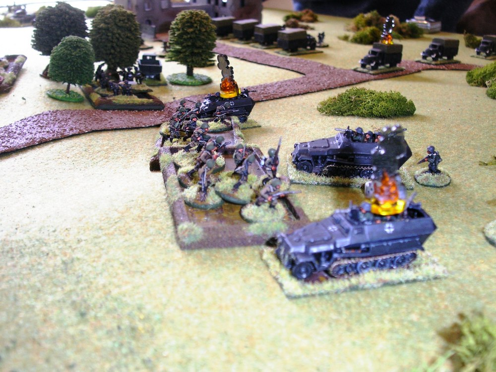 behind the charging Soviet infantry, the remains of the other german zug take out the first at gun
