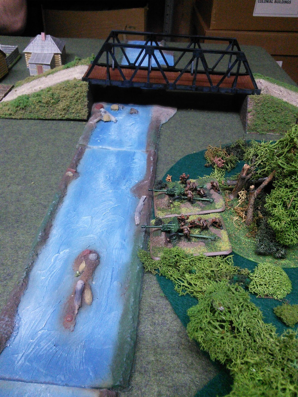 My bridge spans the Padres nice rubber river. Zis 3 guns stand in for the 45mm AT guns.
