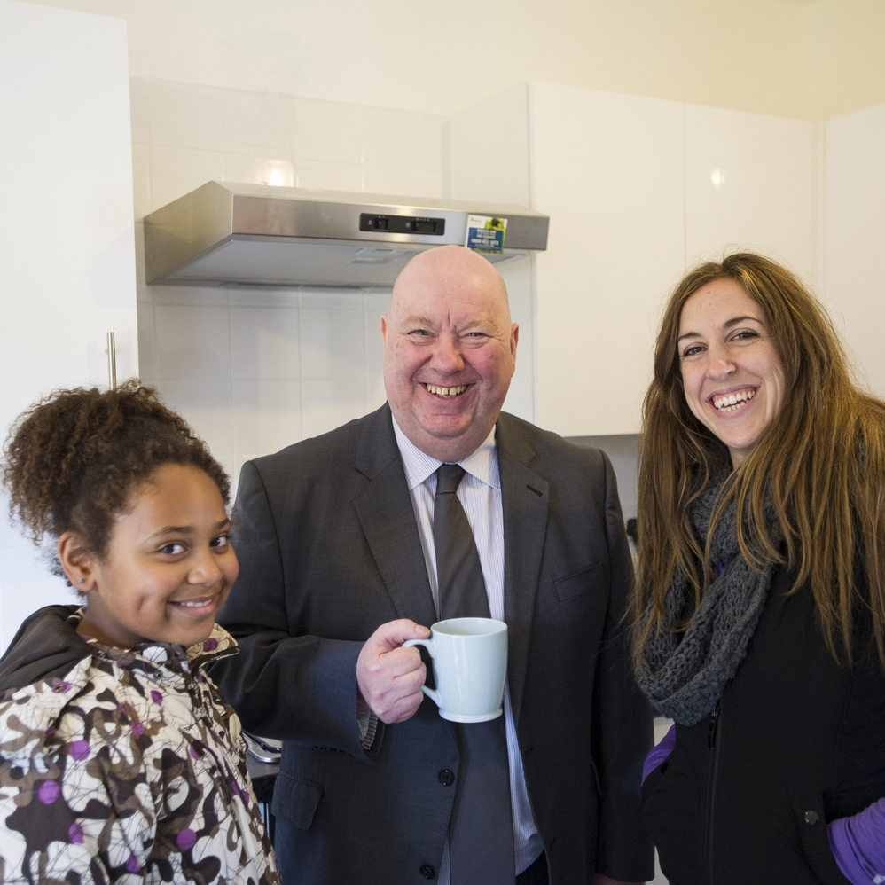 Mayor Joe Anderson meets HPBC home partner Paloma Villacorta Linaza and her daughter Blanche.