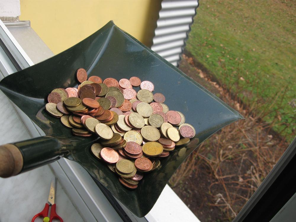 """Foto: """"squandering €uro¢ents - 'Geld mit der Schippe zum Fenster rauswerfen"""" von  Karl-Ludwig Poggemann  in www.flickr.com"""