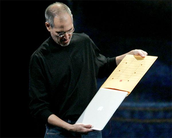 Hier präsentiert Steve Jobs das neue ultradünne Macbook Air indem er es sich in einem Dokumentenumschlag auf die Bühne leifern lässt (Urheber des Fotos unbekannt).
