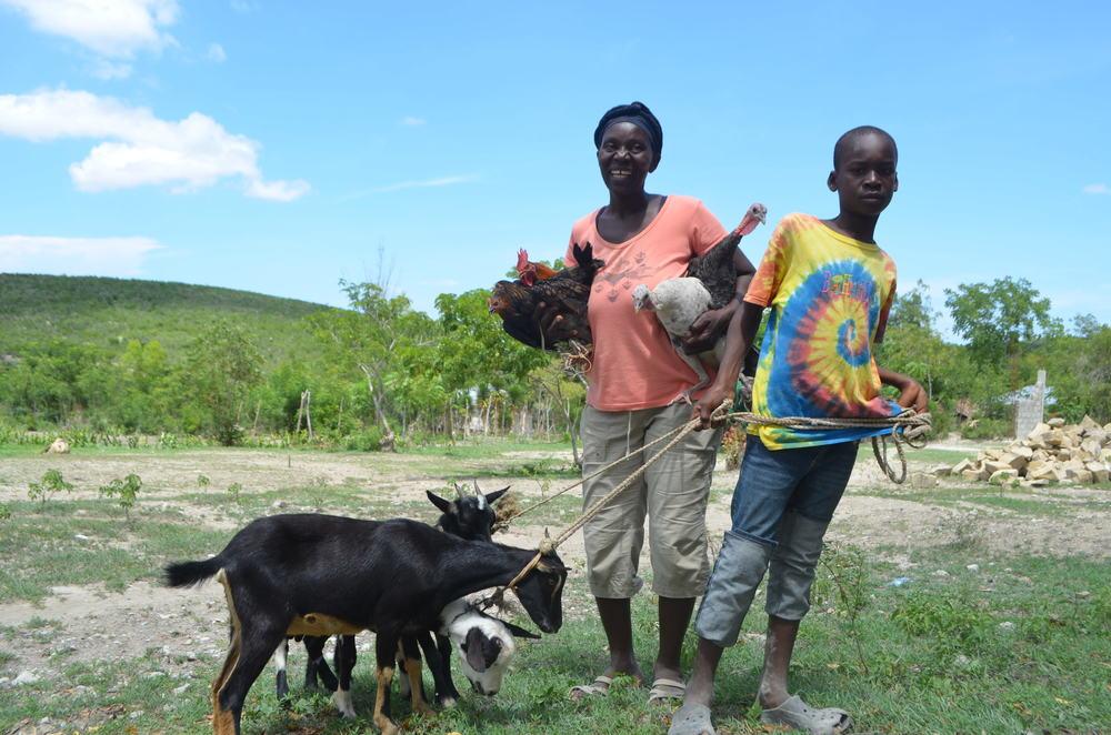 Yvenise Saint-Juste, accompagnée de son fils, était heureuse de faire partie des premiers bénéficiaires (Nathalie Cardichon, PADF)