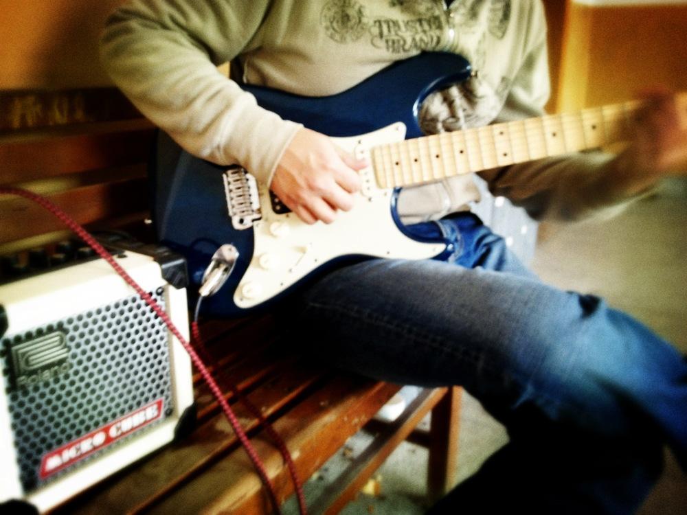 古典吉他老師 學彈吉他的好處  吉他入門教學 烏克麗麗班