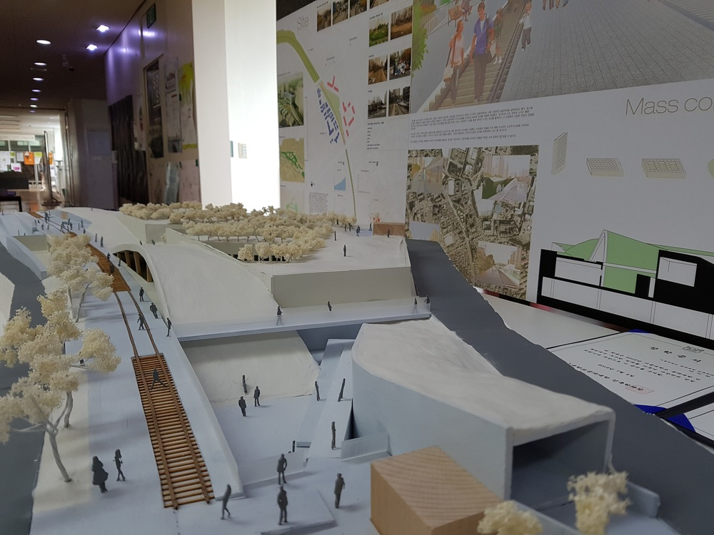 Every time I see Korean architecture students project. Their detail and delicacy in terms of model making is just unbelievable.... So nice to the point that I thought 'maybe the whole presentation can run without a single render image or visualisation'.  한국학생들 작품보면서 늘 느끼는 것은 정말 모델의 디테일 퀄리티가 정말 상상을 초월하는 것 같습니다. 잘만하면 정말 '시작부터 끝까지 렌더 없는 프레젠테이션이 가능할 수도 있겠구나' 했습니다.