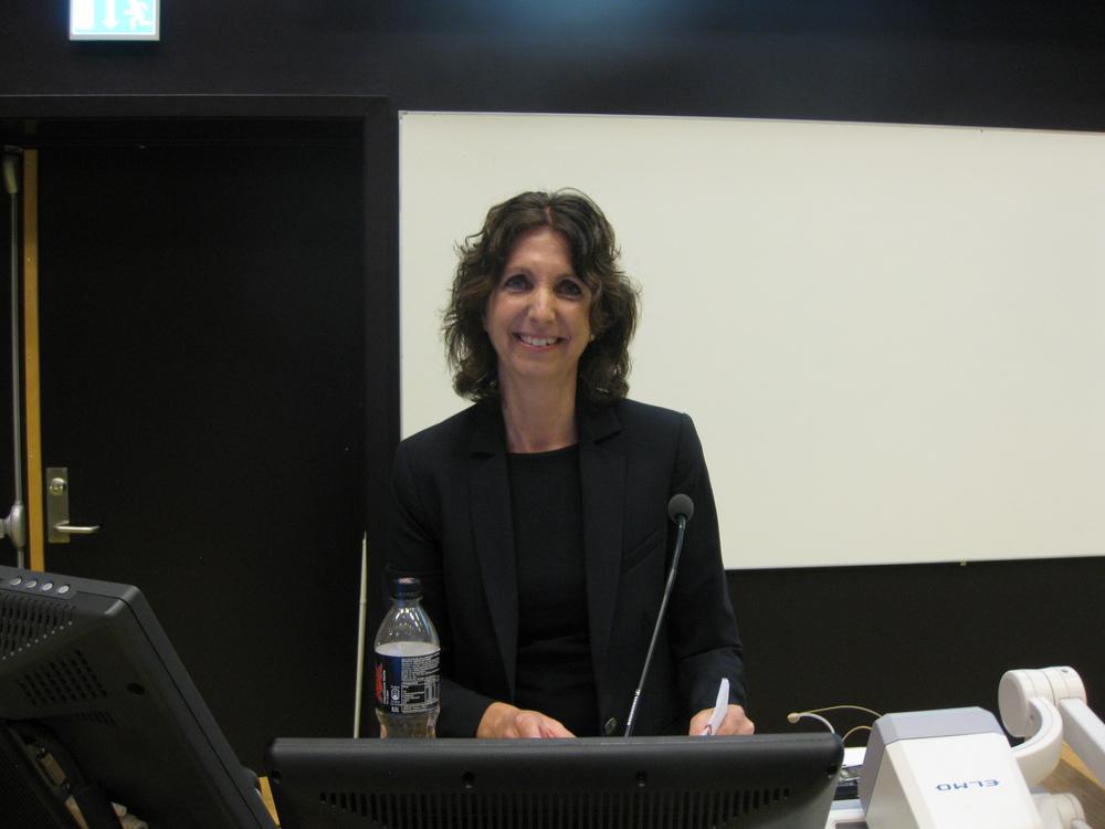 Karin Hesseberg har god grunn til å være fornøyd etter å ha holdten flott prøveforelesning 29. mai 2015!På ettermiddagen ventet disputasen, som også gikk fint. www.forskerlivet.no