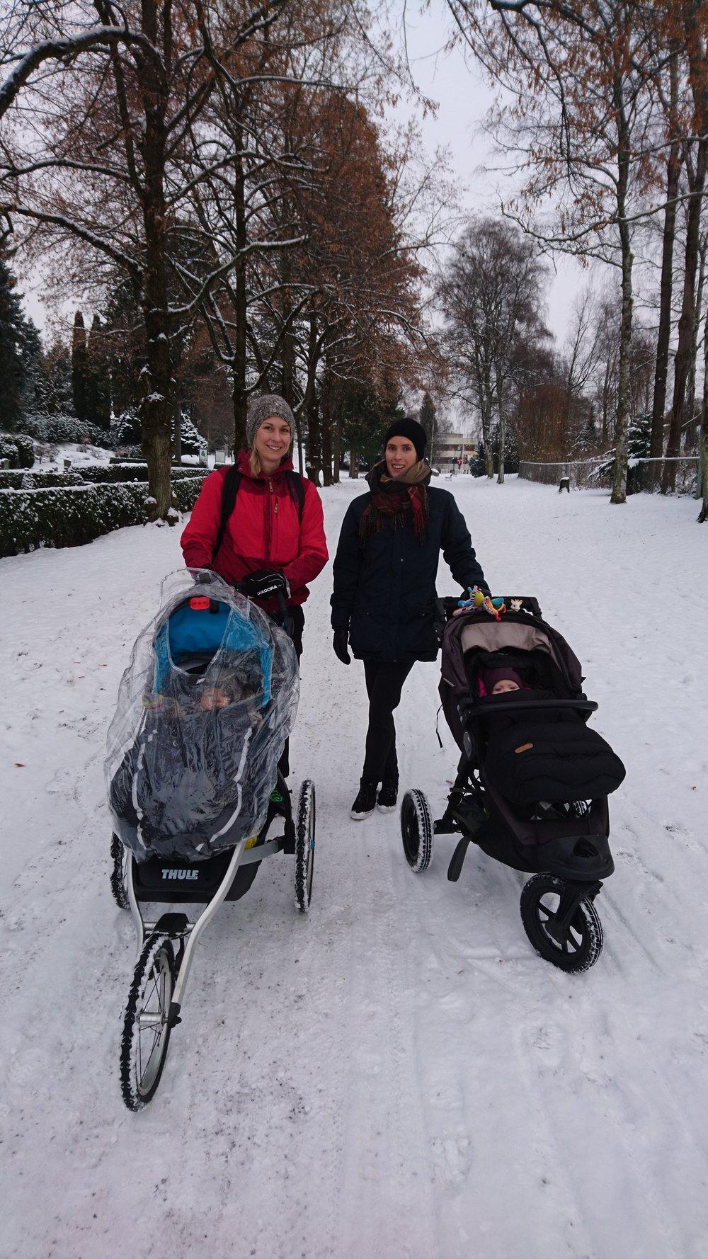Fra venstre Ida K. Haugen og Elisabeth Mulrooney som nylig fikk midler til studier av smerte ved håndartrose i et biopsykososialt perspektiv. Med på oppstartsmøtet var også to mulige fremtidige forskerspirer i barnevogn, Sverre og Astrid! Dessuten, for mange kjent fra her på bloggen, Karin Magnusson (fotograf), som også vil bidra i prosjektet. www.forskerlivet.no