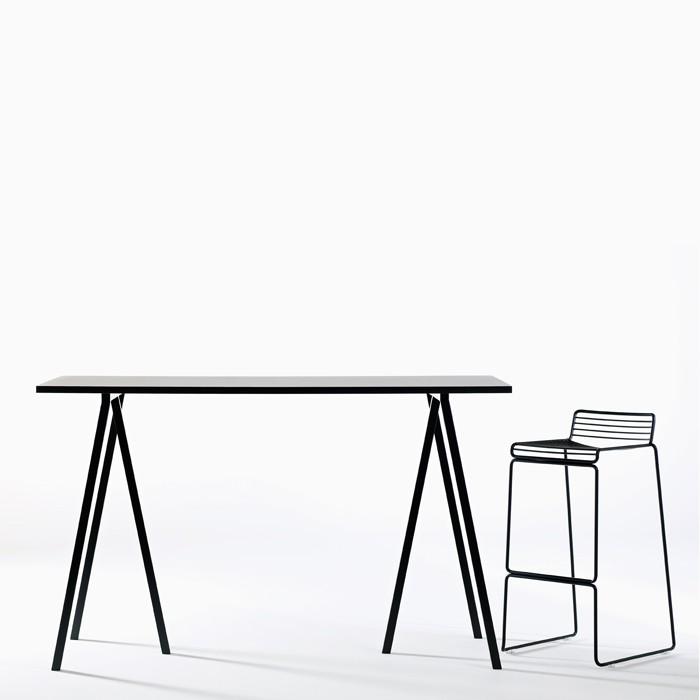 Loop Stand High Table   HAY/Leif Joergensen   Bordsskiva i svart eller vit linoleum med plywoodkant,   stativ i pulverlackat stål.   L: 160, D: 77,5, H: 97.     Lagerstatus: I lager.