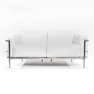 2-sits soffa i läder   LC3  Vitt läder med kromat underrede. B170, D76, H76   Lagerstatus: I lager.