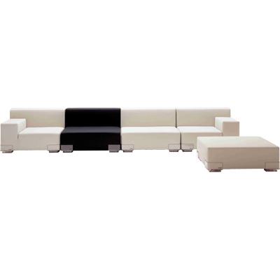 Plastics   Piero Lissoni   Modulsoffa  Plastics är ett modulsystem med en höger-, vänster- samt en mittdel som du valfritt kan kombinera till olika längder på soffa. Alla delar kan även stå fristående som fåtölj. Basen är tillverkad i transparent polykarbonat. Sits och rygg: mjuk polyuretan med impregnerad textil. Färg: Vitt, Svart. B:90cm, H:30cm, D:90cm   Lagerstatus: I lager.