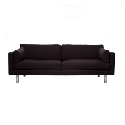 Sören Lund, svart/brun  3-sits soffa med avtagbar klädsel i teflonbehandlad bomull. Vit, svart/brun. Stoppning dun, går även att få Dacronfyllning. Ben i matt krom, går även att få i björk och mahogny.  B210H65/41D86   Lagerstatus: I lager.