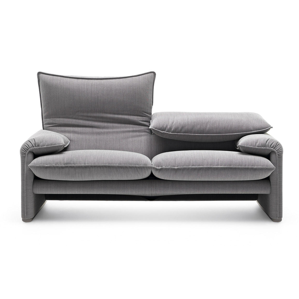 MARALUNGA  Tvåsits soffa av Vico Magistretti. Grå bomullsklädsel.  B: 166cm D: 86 Sitthöjd: 45cm   Lagerstatus: I lager