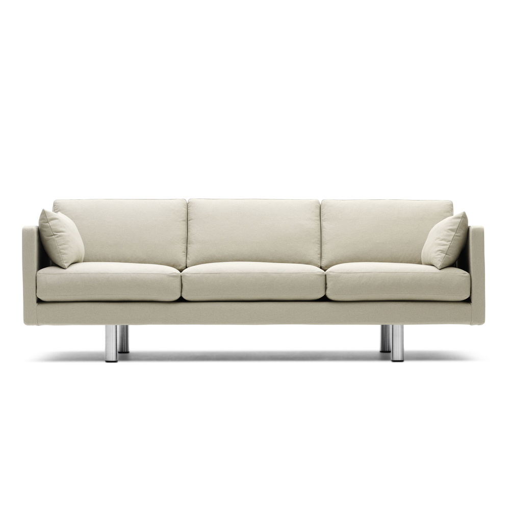 EJ-270 A   Erik Joergensen   3-sitts soffa  3-sitts soffa med avtagbar klädsel. Teflonbehandlad bomull/vit. Stoppning dun, ben ljus björk eller borstad metall. B 212 cm, D74 cm H 43   Lagerstatus: I lager.