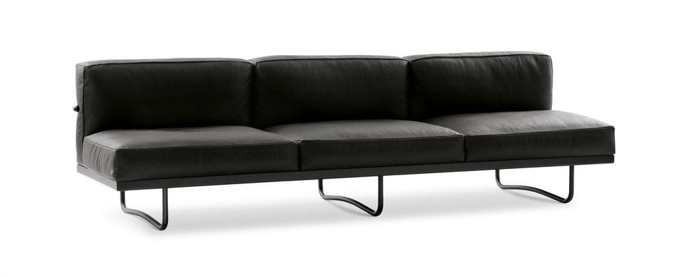 Le Corbusier LC5 Cassina   3 sitts soffa i svart anelina läder, dunfyllning.  B: 255 cm D: 78 cm H 71cm   Lagerstatus. I lager