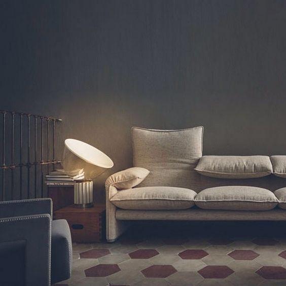 MARALUNGA  Tvåsits soffa av Vico Magistretti. Beige bomullsklädsel.  B: 166cm D: 86 Sitthöjd: 45cm   Lagerstatus: I lager