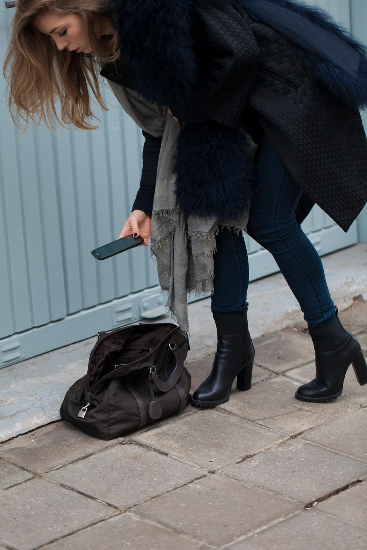 jeansH&M coatLiviana Conti pullH&M stolaPatrizia Pepe scarfFaliero Sarti shoesZara bagPrada