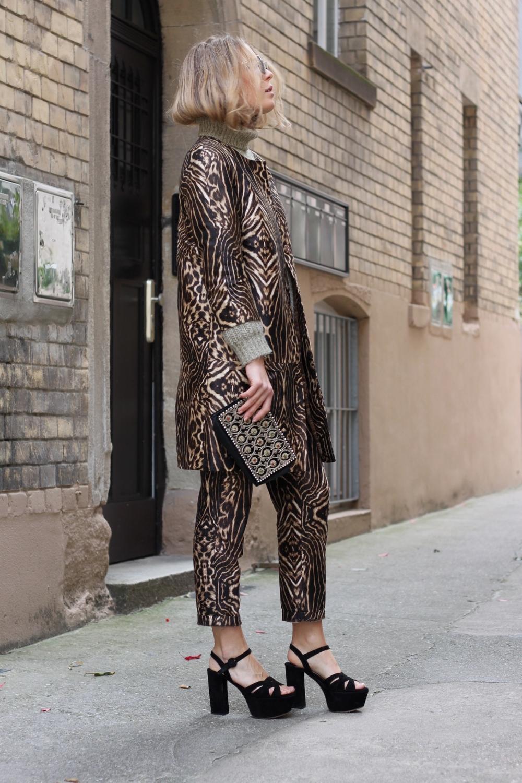 coat H&M pants H&M pull Zara sunglasses JeanPaulGaultier clutch Vintage shoes Prada