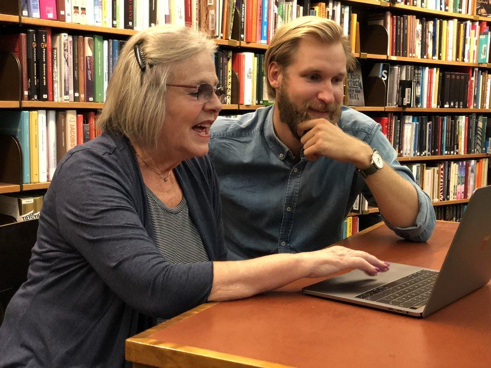 Datorskolan på Biblioteket - Besök ett bibliotek och få hjälp med dina digitala frågor. En handledare sitter ned tillsammans med dig och hjälper dig besvara frågor, lösa problem eller lär dig spännande saker som du kan använda din telefon, dator eller surfplatta till.