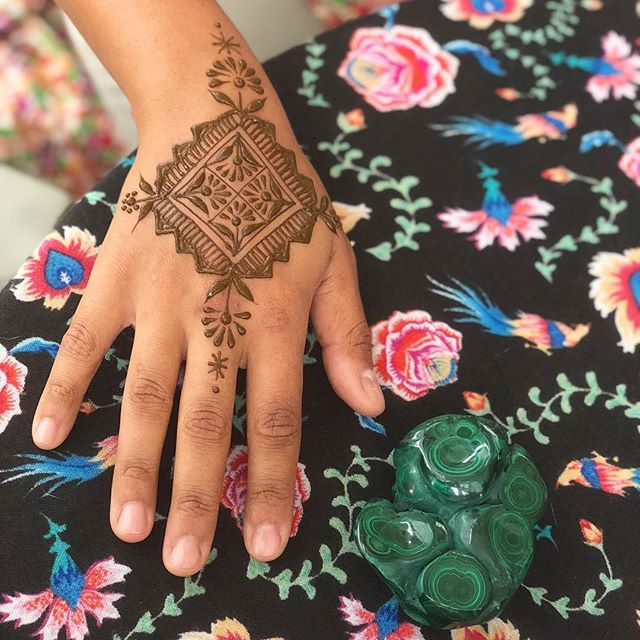 I love doing henna for other #naturalhennaartists 🌿Thanks @vivi_monpetit Hope everyone enjoyed their hennas tonight!! This venue is seriously enchanting. I'd love to come back🌱