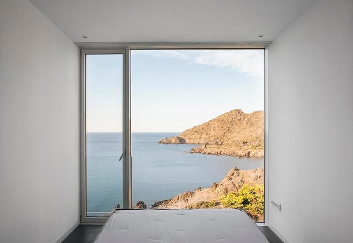 weekend-house-in-spain-sleeping-area-with-wide-window_oggetto_editoriale_h495.jpg