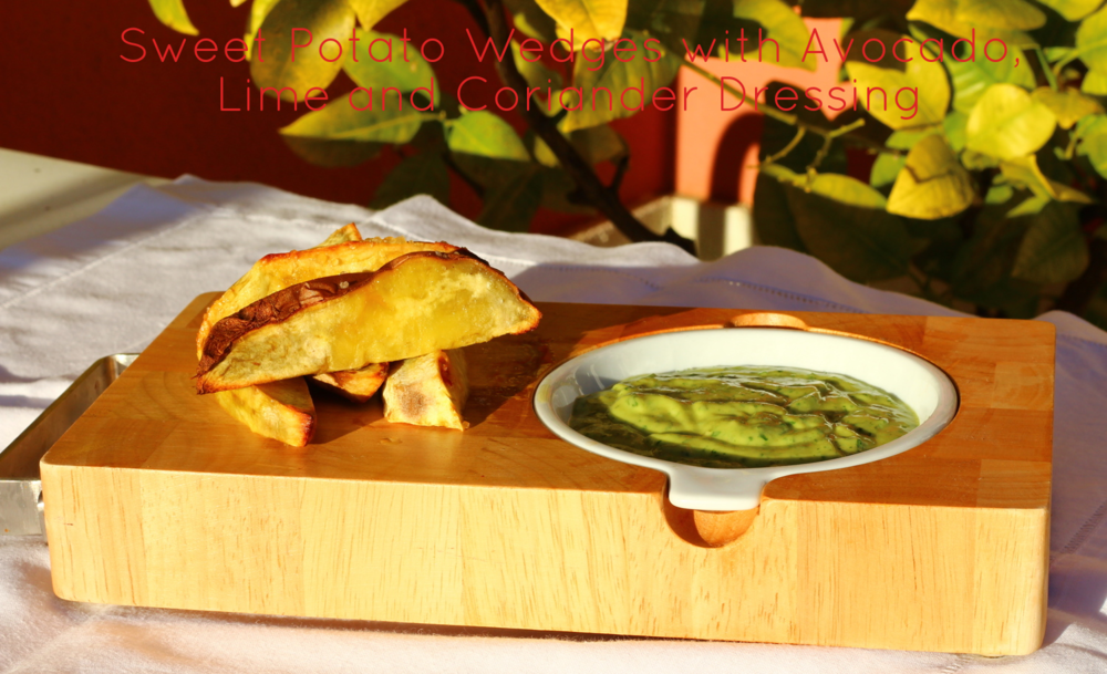 Bake the sweet potato wedges for 30 minutes in oven set at 425º F seasoned with olive oil and coarse sea salt. For the dressing, blend all the ingredients until smooth: 1/2 ripe small avocado, 1 cup chopped coriander leaves, juice of 3 limes, 1/3 cup extra virgin olive oil, 1 tbsp honey, 1/4 tsp chilli flakes, 1/4 tsp sea salt. Asse as fatias de batata doce por 30 minutos no forno a 220º C e temperadas com azeite e sal grosso. Para o molho, pique numa liquidificadora: 1/2 abacate maduro, 1 chávena de folhas de coentros picadas, sumo de 3 limas, 1/3 chávena de azeite virgem extra, 1 colher de sopa de mel, 1/4 de colher de chá de malagueta seca picada, 1/4 colher de chá de sal fino.