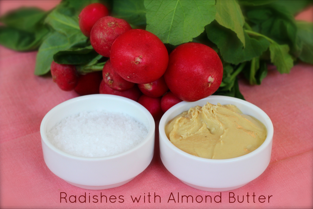 Dip the radishes in almond butter and sprinkle with coarse sea salt. Molhe os rabanetes na manteiga de amêndoa e polvilhe com sal grosso.
