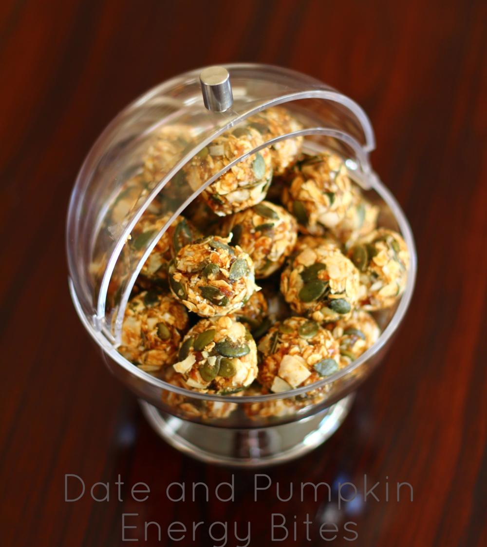 225g of chopped dates, 1/4 cup honey, 1/4 cup pumpkin puree, 1 tbsp flax seeds, 1 tsp ground cinnamon, 1/2 tsp ground ginger, 1/4 tsp ground nutmeg, a pinch of salt. Blend all ingredients in a blender. Then add 1 cup oats, 1 cup pumpkin seeds, 1 cup coconut flakes. Mix well and refrigerate for an hour before rolling into small balls. Makes approx. 24. 225g de tâmaras descaroçadas e em pedaços, 1/4 chávena de mel, 1/4 chávena de puré de abóbora, 1 colher de sopa de sementes de linhaça, 1 colher de chá de canela, 1/2 colher de chá de gengibre moído, 1/4 de colher de chá de noz moscada, uma pitada de sal. Picar bem numa picadora. Depois juntar 1 chávena de flocos de aveia, 1 chávena de pevides, 1 chávena de coco em flocos. Misturar bem e refrigerar por uma hora e depois enrolar em bolas pequenas. Faz 24 porções aprox. One bite: 91 kcal, 2.3g protein, 13.2g carbohydrates of which 8.4 sugars, 4g fats of which 1.5g saturated, 1.4g fibre