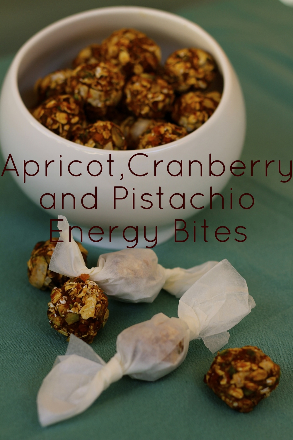 160g of dried apricots, 60g dried cranberries, 1/4 cup pomegranate molasses, 1/4 cup pumpkin puree, 1 tbsp flax seeds, 1 tsp ground cinnamon, 1/2 tsp ground cardamom, a pinch of salt. Blend all ingredients in a blender. Then add 1 cup oats, 1 cup peeled pistachios, 1 cup coconut flakes. Mix well and refrigerate for an hour before rolling into small balls. Makes approx. 24. 160g de alperces secos, 60g de arandos secos, 1/4 chávena melaço de romã, 1/4 chávena de puré de abóbora, 1 colher de sopa de sementes de linhaça, 1 colher de chá de canela, 1/2 colher de chá de cardamomo moído, uma pitada de sal. Picar bem numa picadora. Depois juntar 1 chávena de flocos de aveia, 1 chávena de pistachios sem pele, 1 chávena de coco em flocos. Misturar bem e refrigerar por uma hora e depois enrolar em bolas pequenas. Faz 24 porções aprox. One bite: 95 kcal, 1.9 g protein, 14.2g carbohydrates of which 8.6 sugars, 3.7g fats of which 1.3g saturated, 1.8g fibre